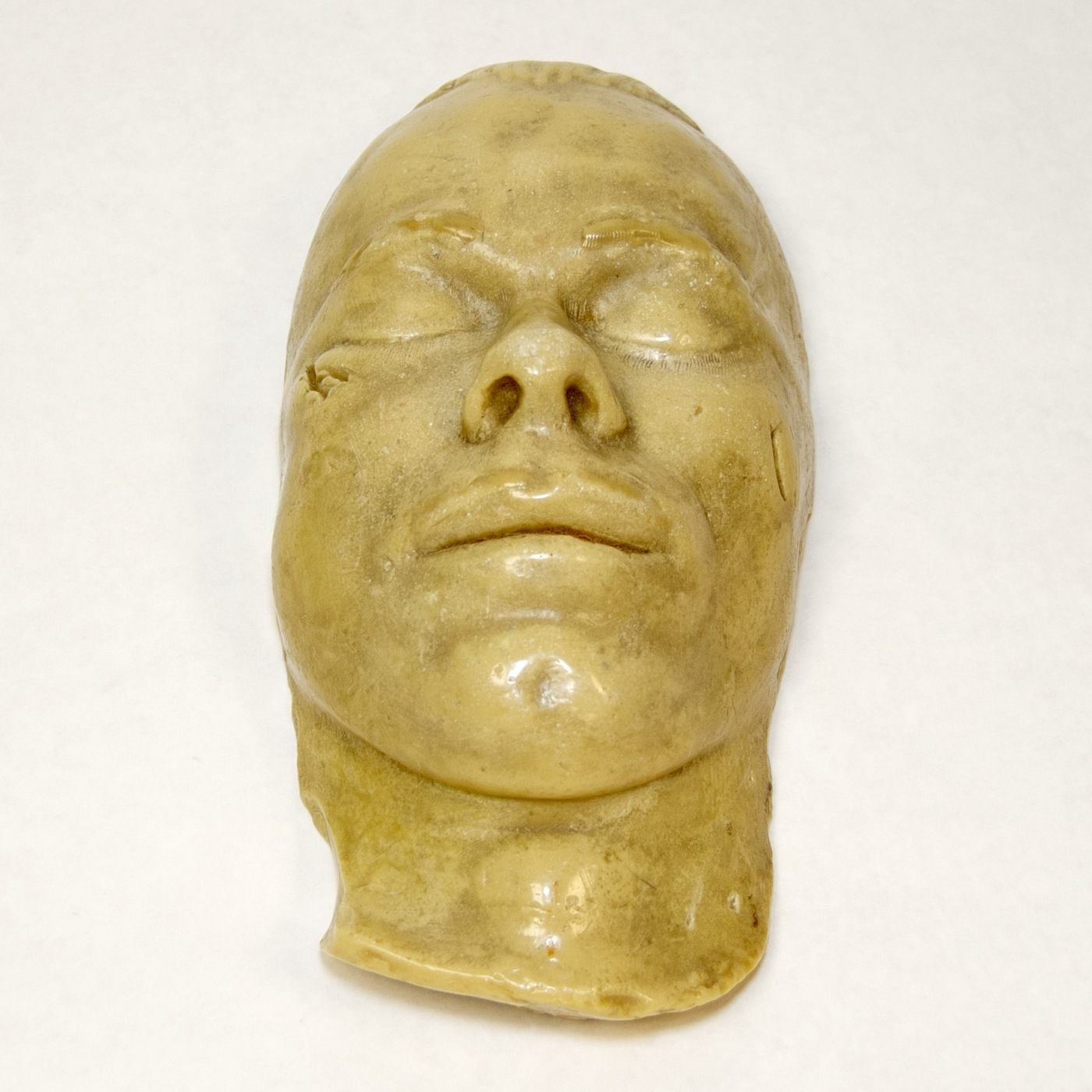 Photo of a death mask, made after the death of notorious gangster John Dillinger.