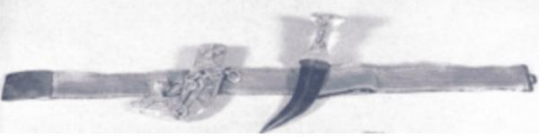 Weapon grip decorated with 9 diamonds in linear pattern, scabbard decorated with four diamonds in rhomboid shape